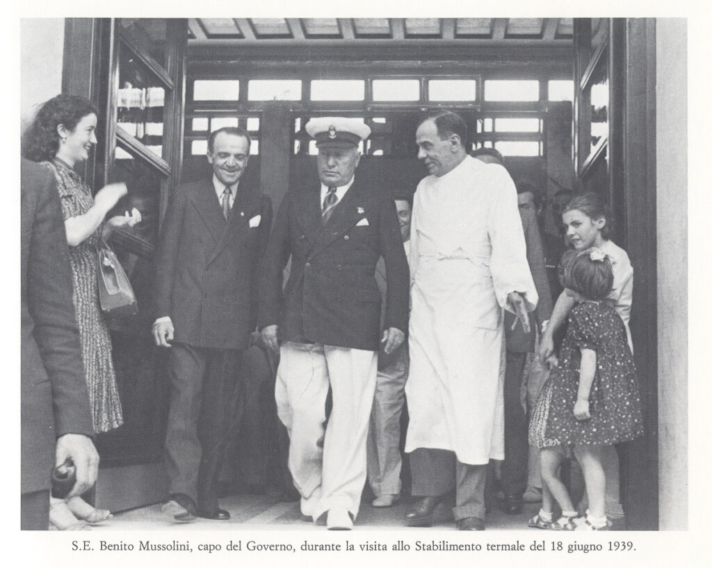 S.E. Benito Mussolini durante la visita allo Stabilimento Termale