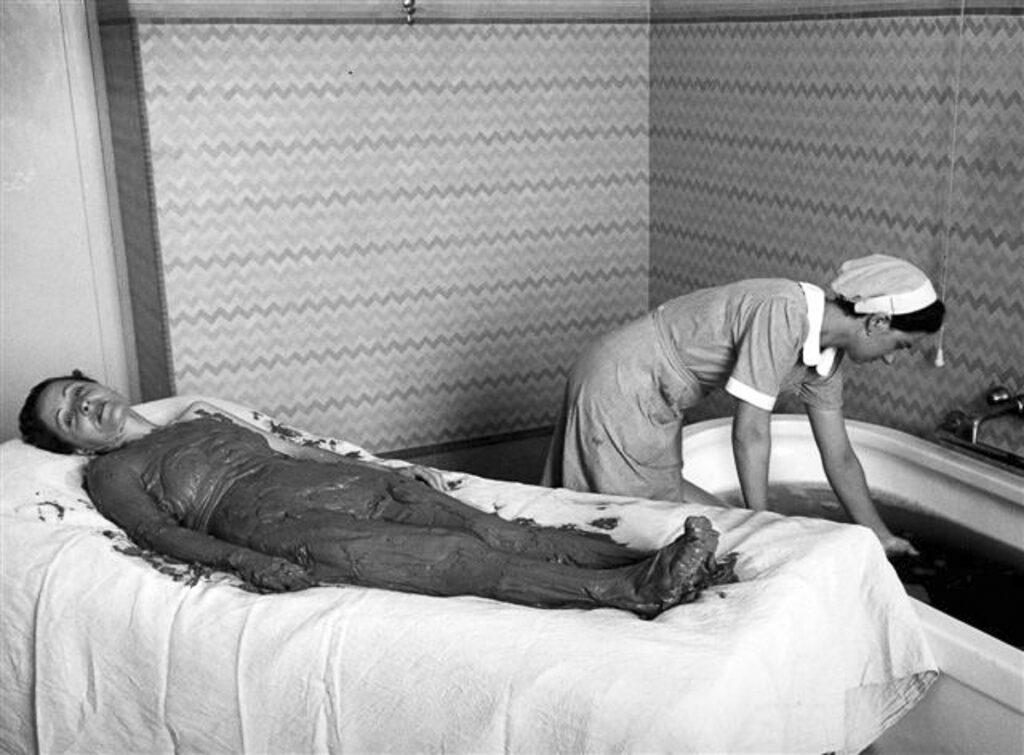 Applicazione di fanghi durante i primi trattamenti estetici e terapeutici