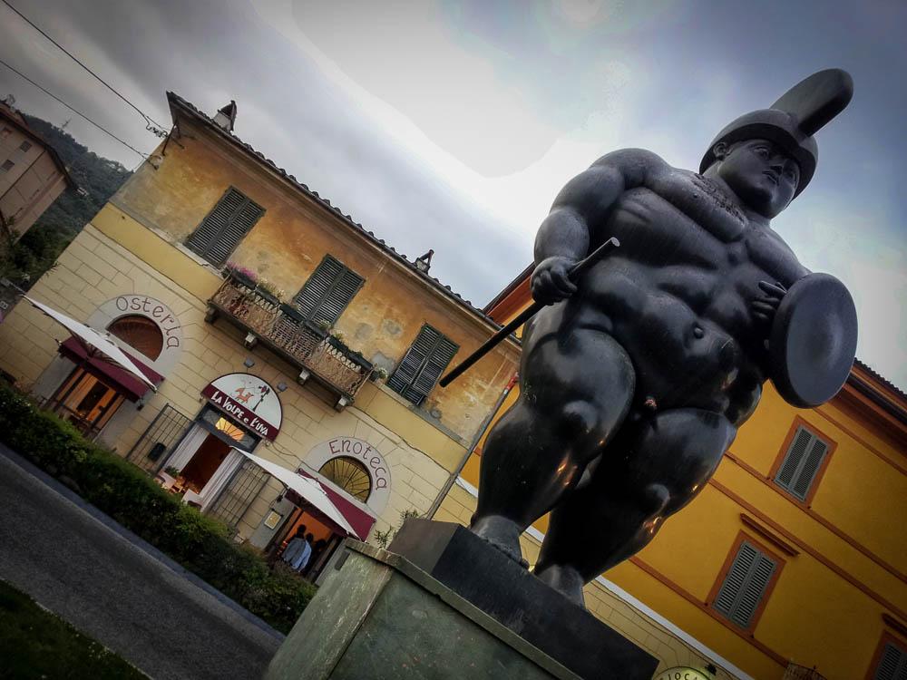 Il Guerriero di Botero nella Piazza centrale di Pietrasanta