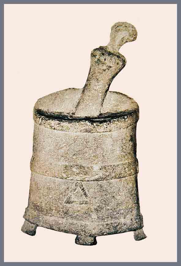 """""""mortaio"""": strumento utilizzato dai romani per pestare e impastare le carni suine con sale e spezie (da qui l'origine del nome """"Mortadella"""")"""