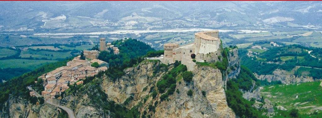 veduta panoramica del castello di san leo e il borgo ai suoi piedi
