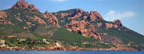 Vista su rocce rosse e vegetazione