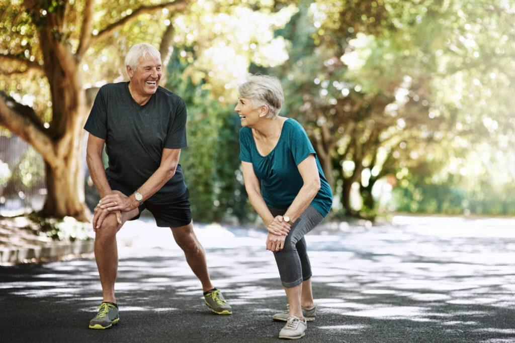Stretching di coppia anziani