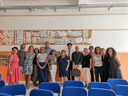 gruppo di professori in piedi in una scuola