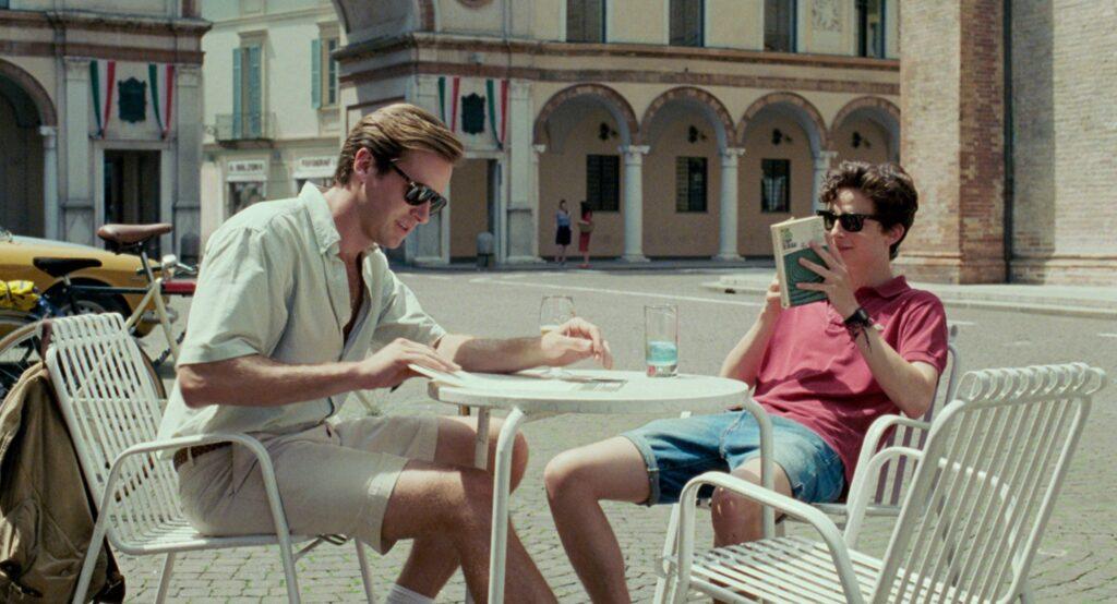 I protagonisti del film Chiamami col Tuo Nome seduti ad un bar in Piazza del Duomo a Crema