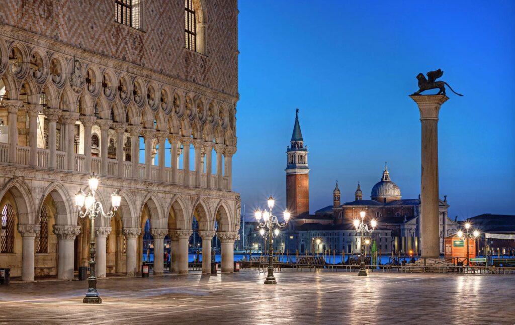 L'immagine rappresenta Piazza San Marco. Cuore di Venezia, meta di milioni di turisti ogni anno e scenario storico unico nel suo genere.