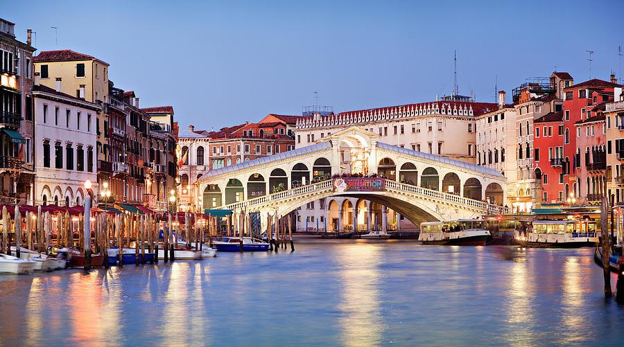 L'immagine rappresenta il ponte di rialto! Simbolo di Venezia imperdibile da visitare
