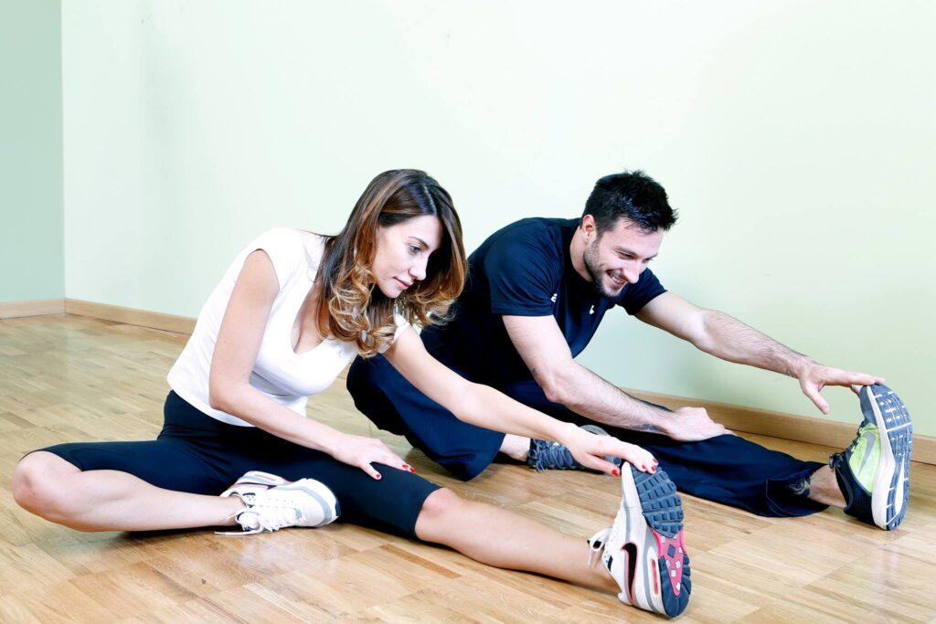 Stretching di coppia giovani