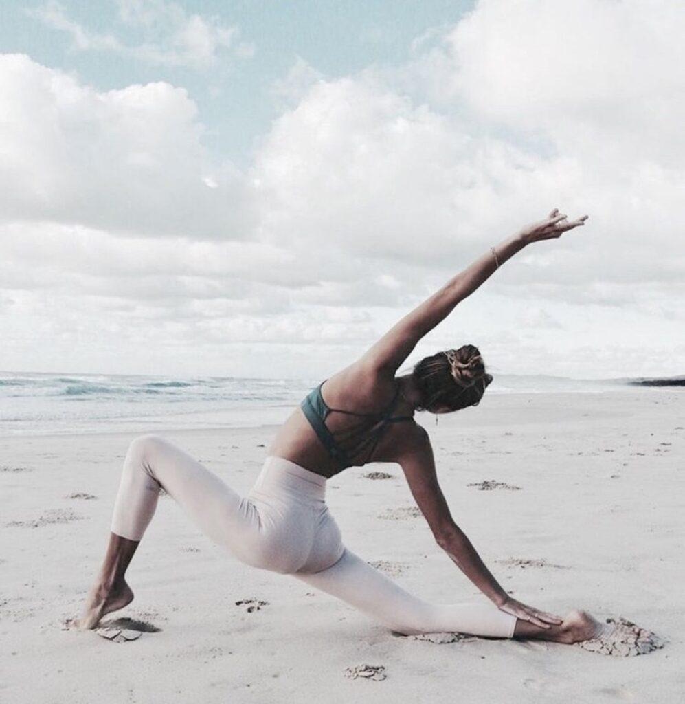 Stretching flessibilità in spiaggia