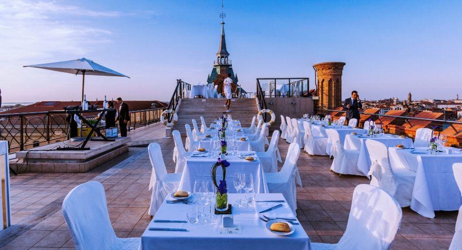 L'immagine presenta una terrazza alta sui tetti di Venezia! ottima per cene ed aperitivi con vista mozzafiato.