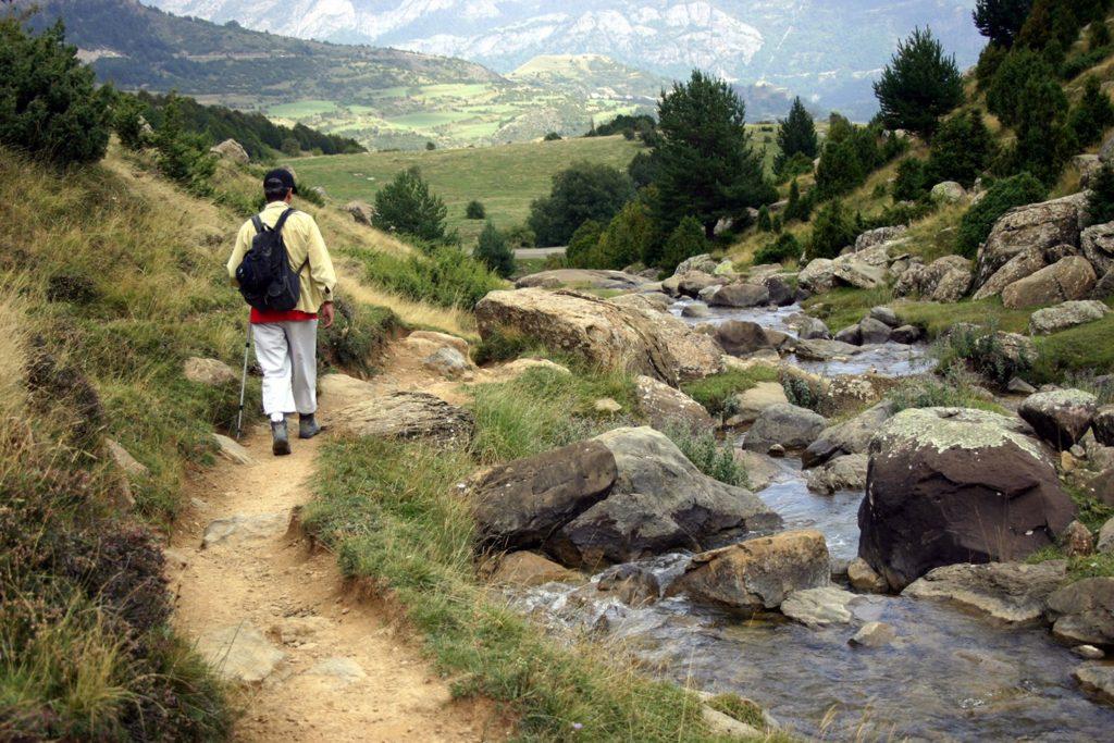 Viaggio a piedi sostenibile immerso nella natura